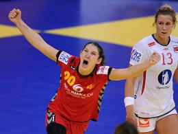 Montenegros Milena Knezevic (li.) zeigte sich im Endspiel äußerst torhungrig