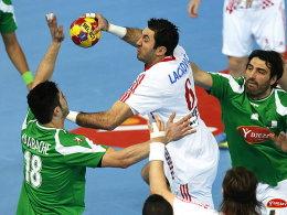 Hichem Kaabeche (li.) und Mohamed Aski Mokrani nehmen Kroatiens Blazenko Lackovic hart ran
