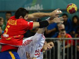 Stipe Mandalinic (re.) setzt sich gegen Spaniens Jorge Maqueda durch