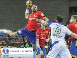 Wurf ins WM-Finale: Gastgeber Spanien (hier Sarmiento Melian, li.) sicherte sich gegen Slowenien das Endspiel-Ticket