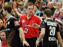 Bundestrainer Martin Heuberger spricht mit Kevin Schmidt (re.).
