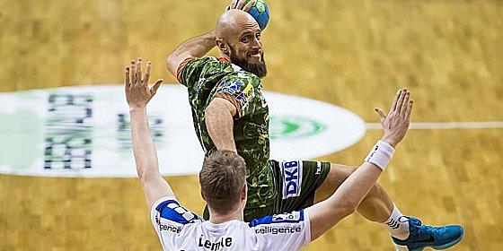Obenauf: Konstantin Igropulo gegen Lemgos Finn Lemke.