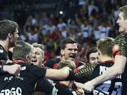 Der Freude freien Lauf lassen: Deutschlands Handballer unmittelbar nach Spielende gegen Dänemark.