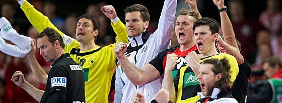 Teamgeist: Auch die Bankspieler hinter Bundestrainer Dagur Sigurdsson (li.) fiebern mit.
