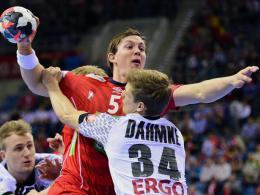 Rune Dahmke in der Abwehr gegen Sander Sagosen.