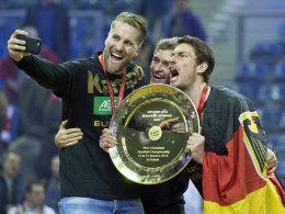 Ein Bild für die Ewigkeit: Teammanager Oliver Roggisch (l.) hielt den Moment fest.