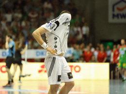 Und schnell weg hier: Kiels Kreisläufer Ilija Brozovic kann's nicht mit ansehen.