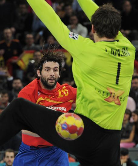 Spanien begann mit einem Blitzstart und zog schnell drei Tore in Front. Auch Antonio Jesus Garcia �berwandt den d�nischen Schlussmann Niklas Landin.