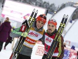 Zunge raus beim Sieger: Eric Frenzel (li.) durfte Fabian Rießle gratulieren.
