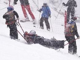 Sorgenkind: Die verletzte Lindsey Vonn wird abtransportiert.