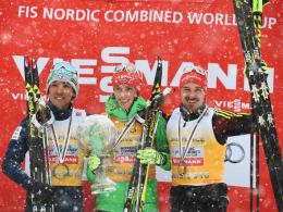Der zweitplazierte der Gesamtwertung Akito Watabe, Sieger Eric Frenzel und der drittplatzierte der Gesamtwertung Fabian Rießle posieren in Schonach.
