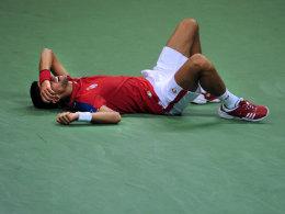 Novak Djokovic geht beim Davis-Cup-Duell gegen Argentinien in Belgrad beim Match gegen Juan Martin del Potro zu Boden und muss aufgeben