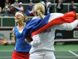 Lucie Safarova (li.) jubelt nach dem Titelgewinn mit Teamkollegin Andrea Hlavackova