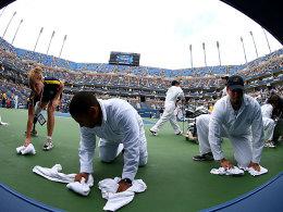 Bilder, die bei den Tennis-Fans für Frust sorgen: Trocken-Arbeiten auf dem Arthur-Ashe-Stadium.