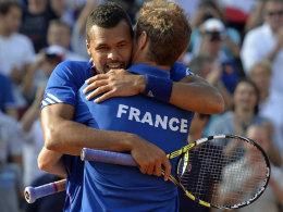Jo-Wilfried Tsonga und Richard Gasquet jubeln über den dritten Punkt gegen Tschechien.