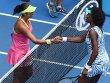 Teenager schl�gt Grande Dame: Madison Keys (li.) und Venus Williams nach ihrem Duell am Netz.