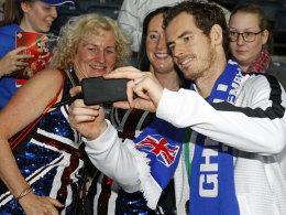Andy Murray posiert nach dem Davis-Cup-Sieg für ein Selfie mit britischen Fans.