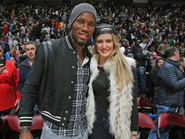 Im Januar steigt sie wieder ein: Tennisspielerin Eugenie Bouchard, hier mit Montreals Fußball-Profi Didier Drogba beim Basketball.