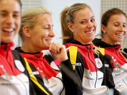 Die Laune könnte besser nicht sein: Annika Beck, Angelique Kerber, Barbara Rittner und Andrea Petkovic (v.r.) vor dem Duell mit der Schweiz.