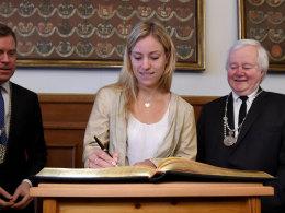 Angelique Kerber trägt sich ins Goldene Buch der Stadt Kiel ein