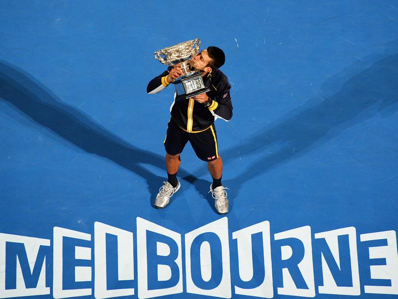 Der Weltranglisten-Erste Novak Djokovic rang in Melbourne US-Open-Champion Andy Murray mit 6:7 (2:7), 7:6 (7:3), 6:3, 6:2 nieder und feierte damit seinen insgesamt sechsten Grand-Slam-Titel. Zugleich gelang dem Serben in Australien als erstem Spieler seit Einführung des Profitennis 1968 überhaupt ein Hattrick.