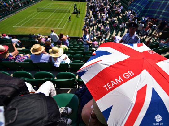 Auch beim Tennisturnier in Wimbledon hat die dr�ckende Hitze Spielern, Zuschauern und Balljungen zu schaffen gemacht. Auf Court 1 zeigte das Thermometer zu zeitweise eine Platz-Temperatur von 35,9 Grad Celsius an.