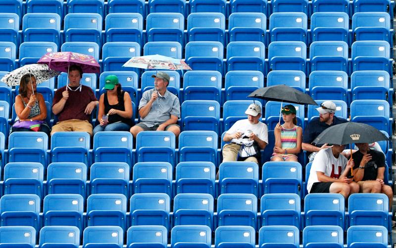 Tennis unter den Wolken: Regenschauer und Siegesreigen