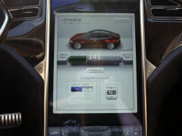 Tesla Model S Display Ladevorgang