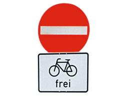 Einbahnstraße mit Zusatzschild