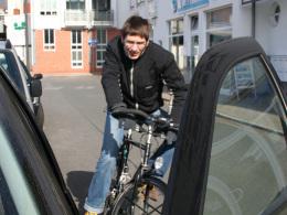 Radler, geöffnete Autotür