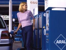 Autofahrerin an der Tankstelle