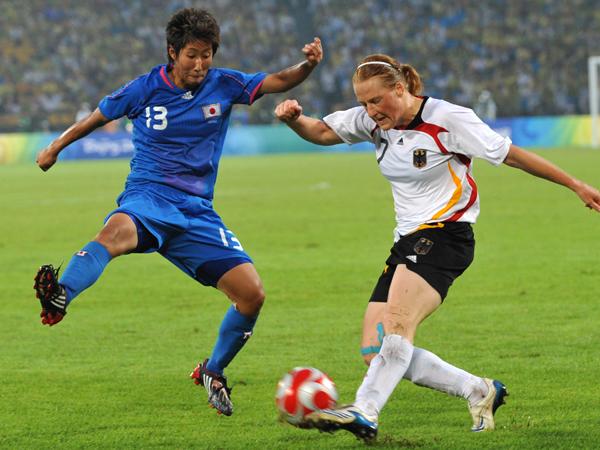 Kaum ein Durchkommen: Behringer (re.) versucht sich gegen die Japanerin Hara.
