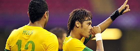 """Erst locker und leicht, am Ende war's dann eng: Neymar und Hulk starteten per 3:2 über die """"Baby-Pharaonen"""" ins Turnier."""