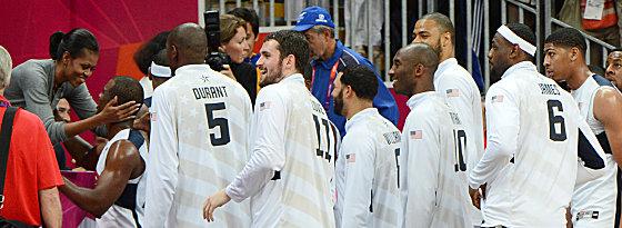 Glückwunsch durch die First Lady: Michelle Obama gratuliert den US-Basketballern zum Auftaktsieg.