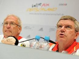 Michael Vesper und Thomas Bach bei der Bilanz-Pressekonferenz des DOSB in London.