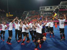Die Party begann unmittelbar nach dem Schlusspfiff: Das Hockey-Team feiert Gold.