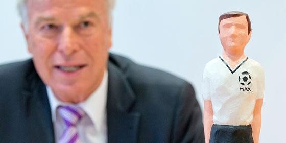 kicker-Herausgeber Rainer Holzschuh auf der Pressekonferenz am Dienstag mit MAX, der Siegertrophäe, die auch Uwe Seeler erhält.