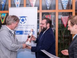 Christoph Zitzmann und Andreas Schade von der Akademie f�r Fu�ballkultur �berreichen Gertjan Verbeek den Preis.