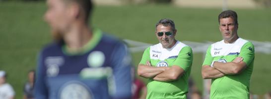 Manager Allofs (li.) und Trainer Hecking machen es zu zweit, Sie kombinieren die Aufgaben: Ran ans kicker-Managerspiel zur Bundesliga.