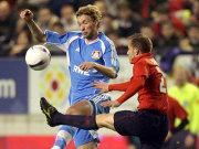 Torschütze Juanlu (re.) blockt Rolfes und Leverkusen im Viertelfinale ab.