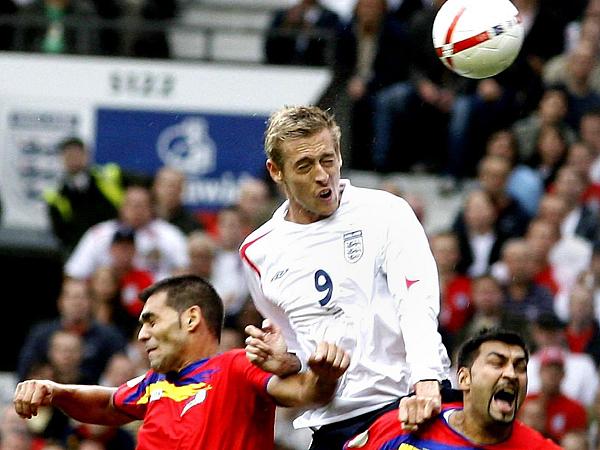 Andorras Abwehrspieler zeigten sich beim 0:5 gegen Englands Peter Crouch (M.) machtlos.