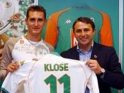 Kein Trikotwechsel: Werder-Manager Allofs (rechts) und Miroslav Klose, der mit vier Toren Begehrlichkeiten weckt.
