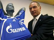 Präsentierte die Trikots mit dem neuen Schriftzug: Schalke-Manager Andreas Müller.