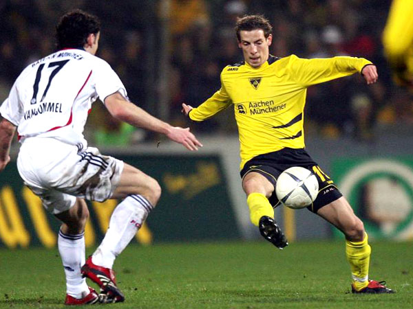 Aachens Jan Schlaudraff dribbelt gegen Bayerns van Bommel
