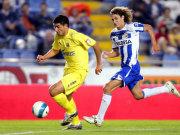 Will aus Villarreal fliehen, wird aber nicht in München landen: Juan Riquelme, hier im Duell mit Landsmann Fabricio Coloccini (re., Deportivo).