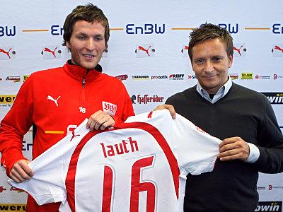 Benjamin Lauth (li.) mit VfB-Sportdirektor Horst Heldt.