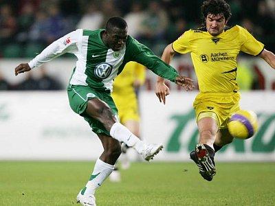 Isaac Boakye im Pokal gegen Aachens Alexander Klitzpera