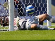 Das 1:0 für Bremen: Fiedler kann Rosenbergs Ball nicht abwehren.