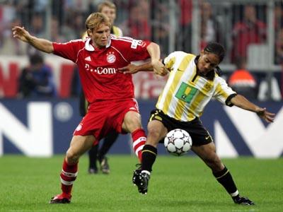 Schwerer Einstand: BVB-Neuzugang Pienaar muss sich gegen Ottl behaupten.