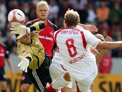 Daniel Bierofka jagt den Ball aus kurzer Distanz in die Wolken.